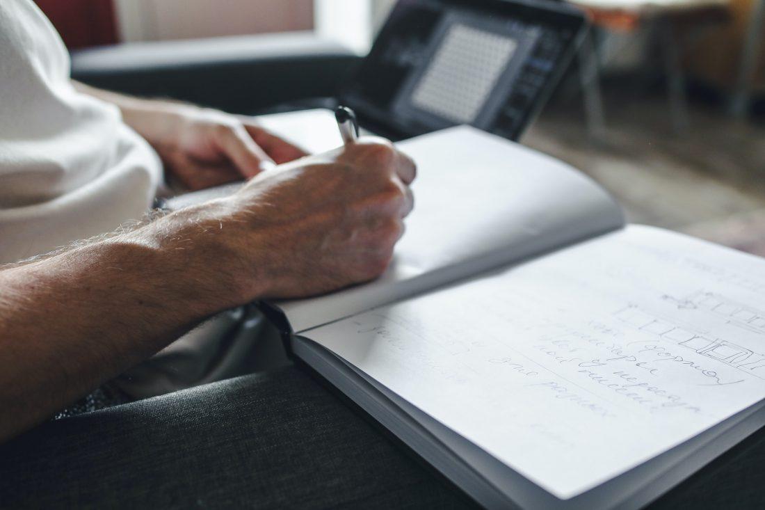 Persona che prende appunti durante un corso di formazione online